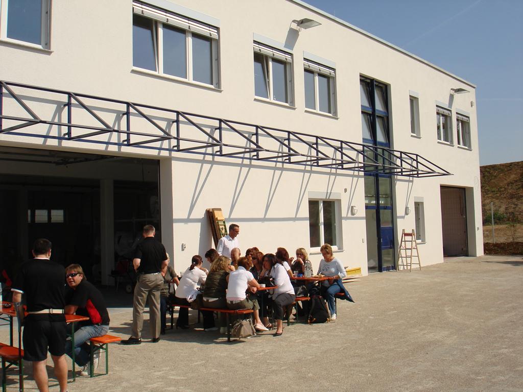 Bild 1: Einweihungs- feier der Mitarbeiter