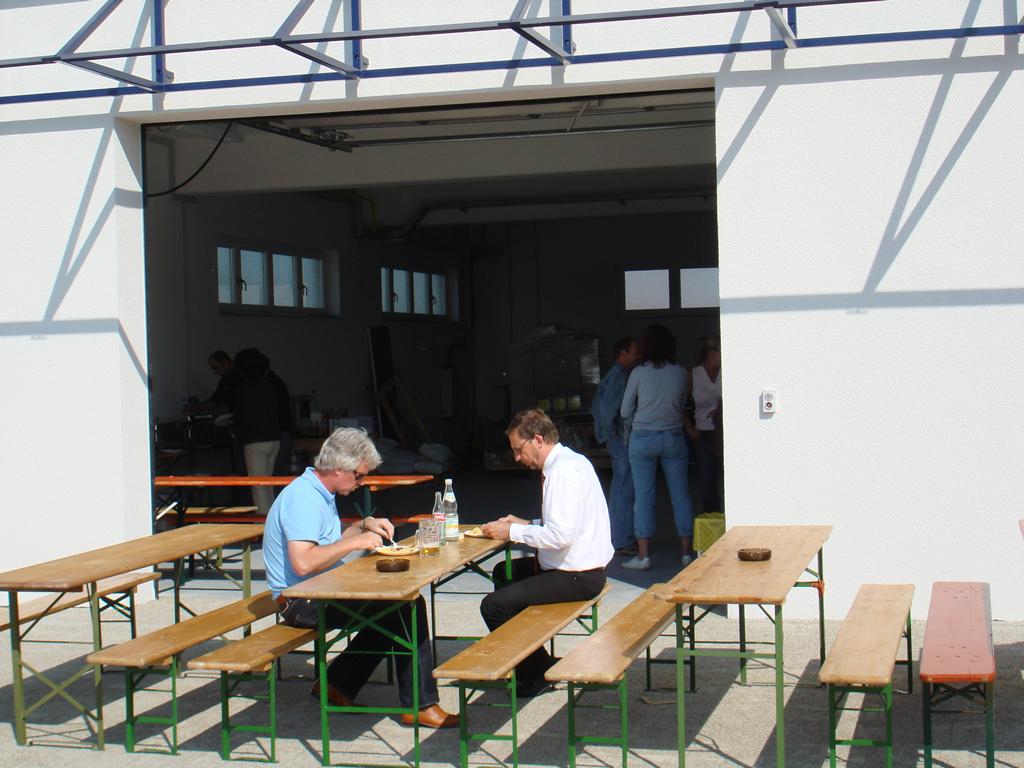 Bild 2: Einweihungs- feier der Mitarbeiter